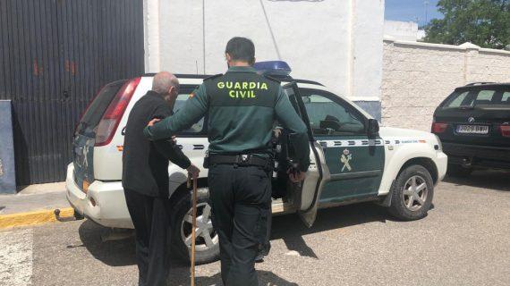 Un anciano de Arahal consigue votar gracias a la Guardia Civil