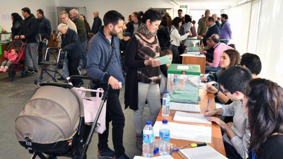 Tomares ofrece un vehículo adaptado a personas con movilidad reducida para votar