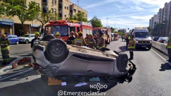 Rescatado un hombre del interior de su vehículo accidentado en Pino Montano