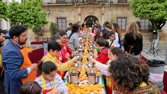 Lora del Río reivindica el sector citrícola con un zumo de naranja de más de mil litros