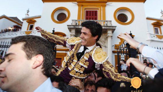 Triunfal tarde de Pablo Aguado tras cortar cuatro orejas en la Maestranza