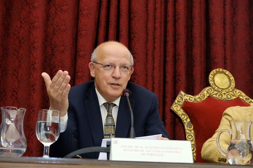El ministro portugués de exteriores charla sobre justicia y poesía en la Hispalense