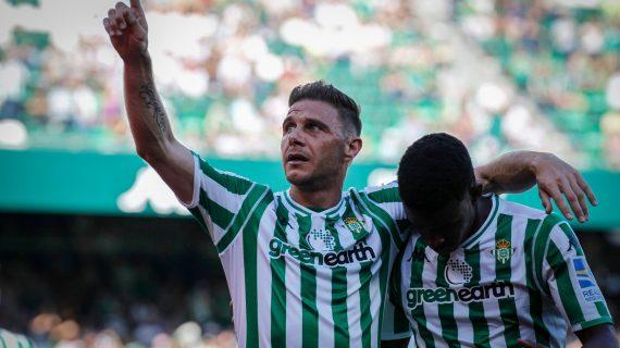 Joaquín pone su sello para ganar al Huesca (2-0)