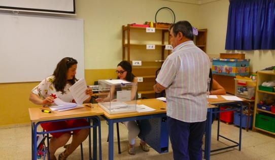 Un servicio especial lleva a votar en Arahal a las personas con movilidad reducida