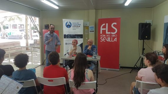 Unos 300 escolares disfrutan de los encuentros con autores de la Feria del Libro