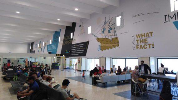 El Aeropuerto de Sevilla decora sus salas de embarque con leyendas de la ciudad