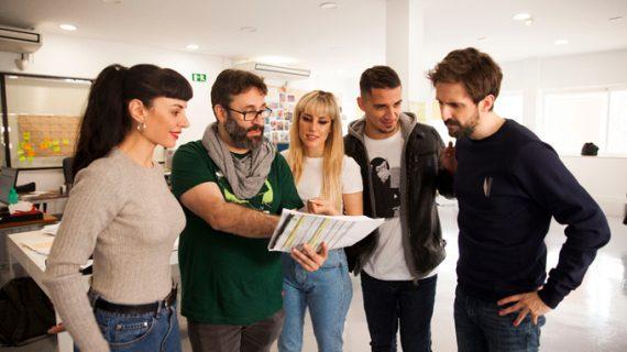 Julián López y Miren Ibarguren graban en las calles de Alcalá de Guadaíra la película 'Operación Camarón'
