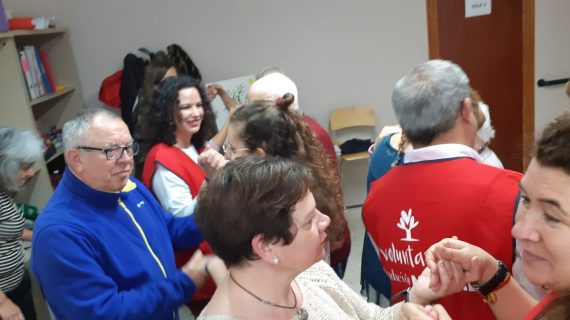 La Asociación de Enfermos de Alzheimer del Aljarafe se mueve al ritmo de la biodanza