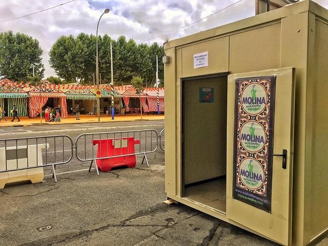 La costurera de la Feria que arregla los trajes gratuitamente