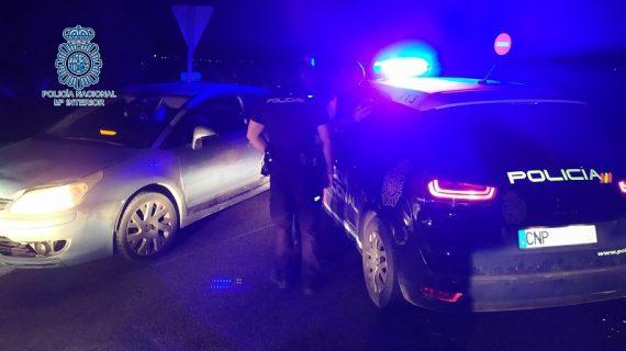 Detenido tras huir de un control policial con 13 gallos en el interior del vehículo