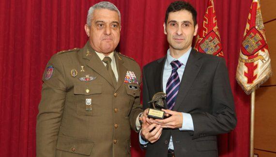 El profesor de la UPO Guillem Colom recibe el Primer Premio de la Revista Ejército