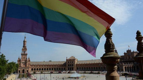Izan por primera vez la bandera del Orgullo LGTBI en las torres de la Plaza de España