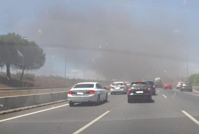 Extinguido el incendio de un autobús en la autovía A-49 en Umbrete
