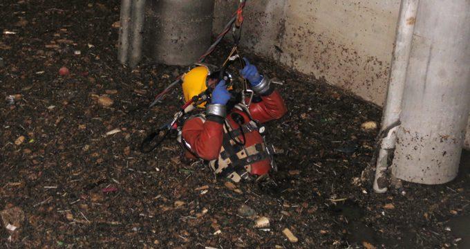 Un buzo se sumerge en agua residual para reparar la depuradora de La Ranilla