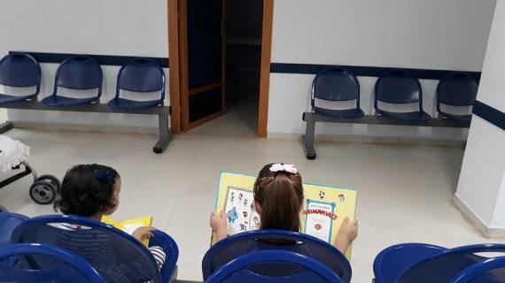 El centro de salud de Morón ameniza la espera de los más pequeños con libros