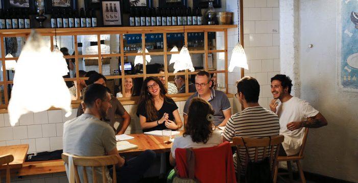 Cuando una cafetería se convierte en una acogedora aula de inglés