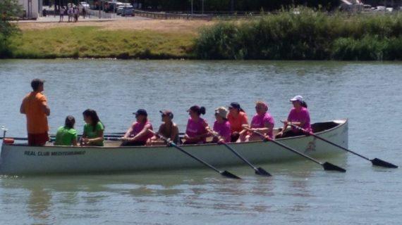 Una treintena de mujeres con cáncer de mama 'Reman por la vida' en el Guadalquivir