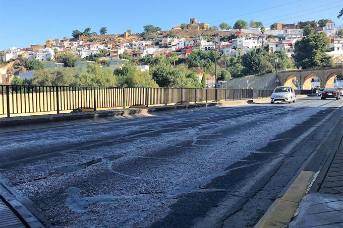 Alcalá de Guadaíra asfalta la A-392 a su paso por el puente y la calle San Francisco