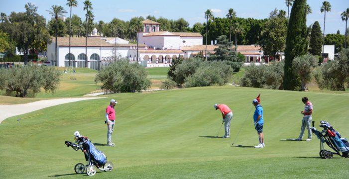 Más de noventa parejas se disputan el torneo de golf Ciudad de Tomares
