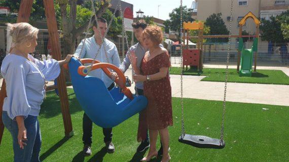Instalan juegos infantiles adaptados en la Plaza Padre Castro en Parque Alcosa