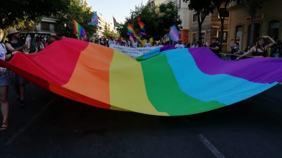 Ambiente de fiesta en la cabalgata del orgullo en Sevilla