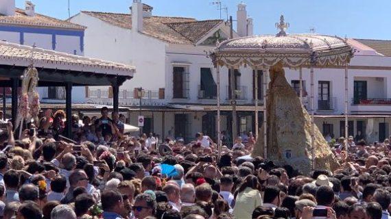 La Virgen del Rocío procesiona durante casi diez horas por la aldea almonteña