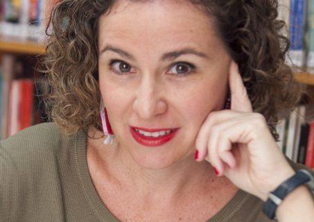 La narradora oral sevillana Lola García de la Cuesta se inicia en la literatura infantil con los cuentos 'Segismunda' y 'Rita Superpedorrita'