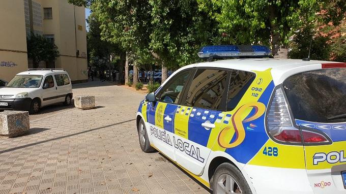 Detenidos acusados de incendiar contenedores, dos palmeras y romper cinco coches en Sevilla Este