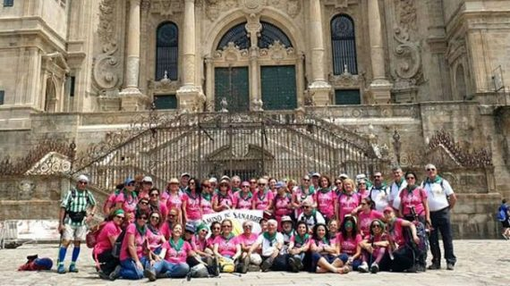 Mujeres sevillanas tratadas de cáncer de mama peregrinan a Santiago como terapia de superación