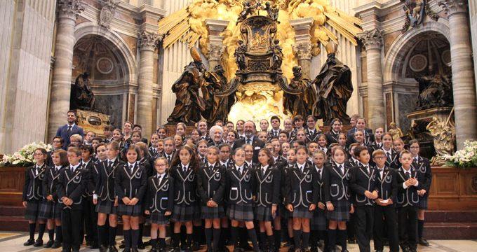 El coro de un colegio sevillano le canta al Papa en el Vaticano