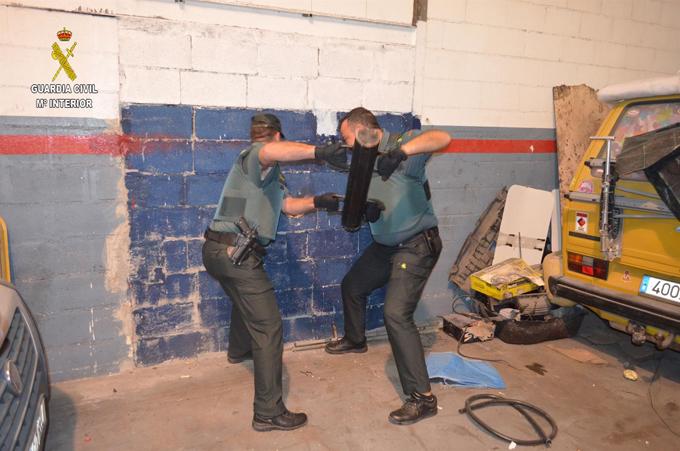La Guardia Civil detiene en el interior de una vivienda en Utrera a dos supuestos ladrones