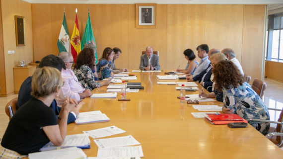 Climatización de colegios, desfibriladores e inversiones en equipamientos, temas prioritarios en la provincia de cara a septiembre