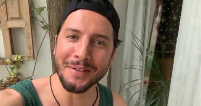 El cantante Manuel Carrasco envía un saludo a los niños de las colonias de la Hermandad del Rocío de Triana