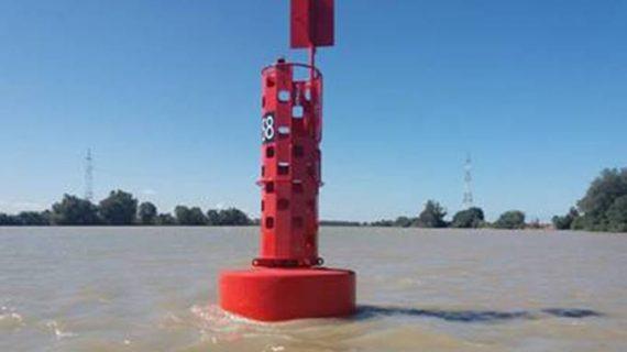 El Puerto introduce señales marítimas más sostenibles en la desembocadura del Guadalquivir