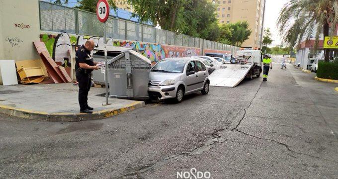 Investigan el choque de un vehículo contra unos contenedores en la capital hispalense