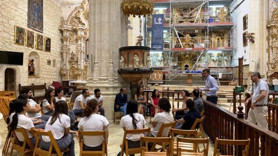 Alumnos de Bellas Artes participan en la restauración del retablo mayor de Santa María de Estepa