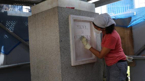 Acometen trabajos de limpieza en la escultura y el basamento del monumento a Cervantes