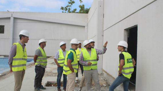 Avanzan las obras de la nueva cubierta,  vestuarios y gradas de la  Piscina Municipal de Gines