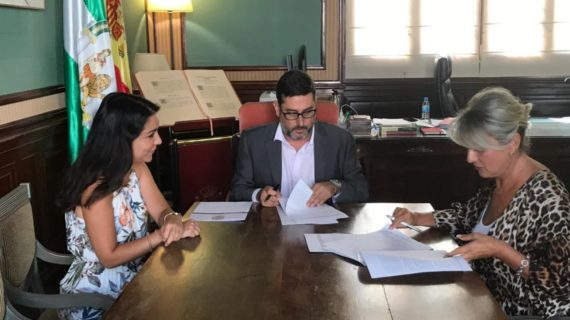 Utrera firma una colaboración con la Asociación de Familiares del Alzheimer 'Ntra Sra del Consuelo'