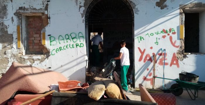 Comienzan los trabajos de limpieza y cerramiento de Villa Esperanza en Alcalá de Guadaíra