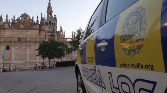 Detenidos en Sevilla por separado dos varones por presuntas agresiones a sus parejas en plena vía pública