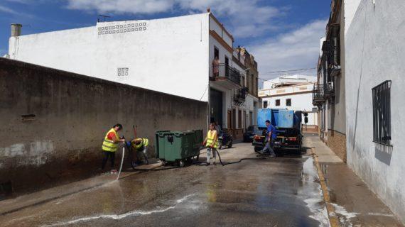 El Viso del Alcor realiza un plan de choque de limpieza de la barriada Manolo Cadenas