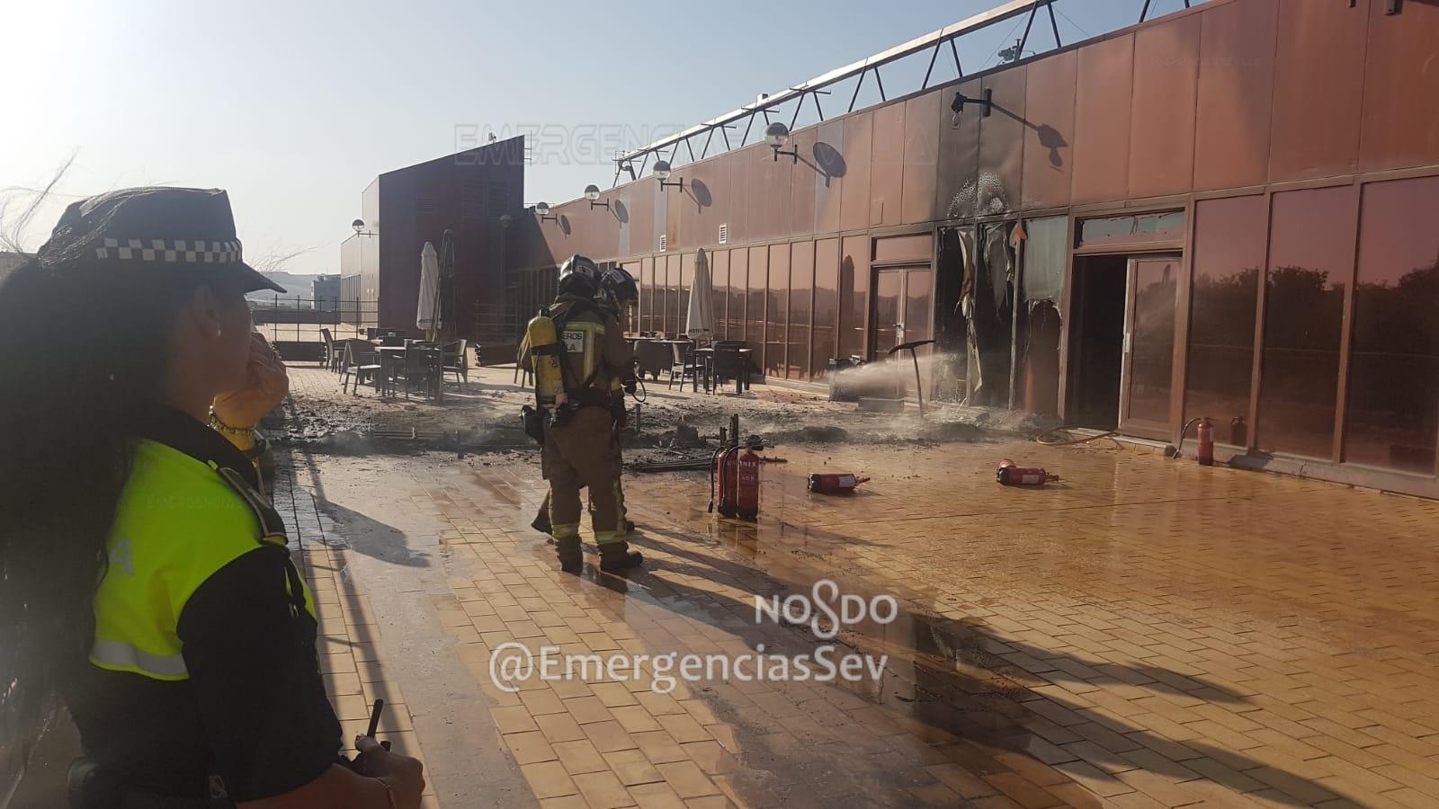 Bomberos de Sevilla extinguen un incendio declarado en la última planta de la Escuela de Ingenieros