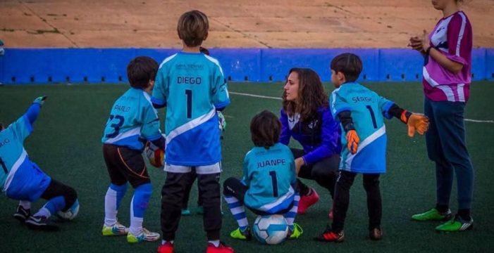 La guardameta del Sevilla Sara Serrat vuelve a formar a niños bajo los palos