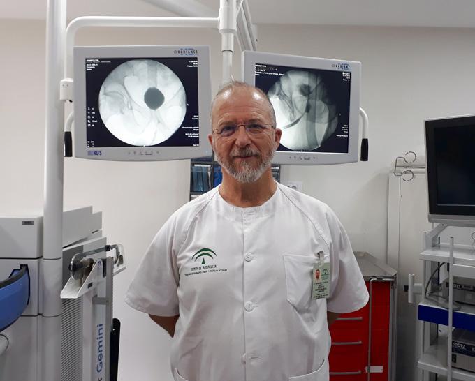 El doctor Carlos Reina, jefe de Urología del Hospital de Valme.