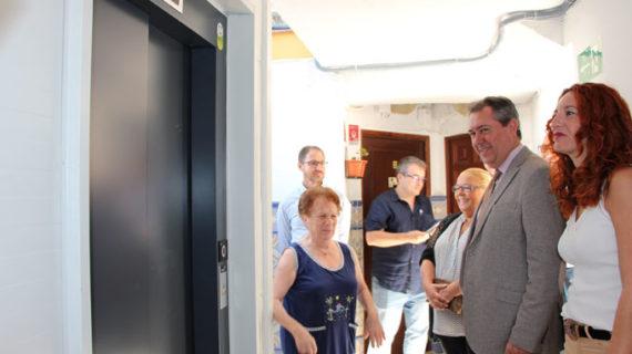 Culmina en la Macarena el primero de los ascensores en bloques privados de ejecución municipal