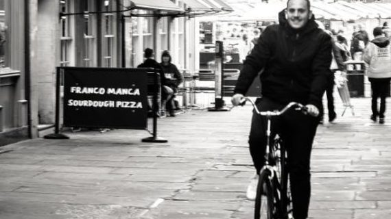 Julián García, un sevillano más  'buscándose las papas' en Cambridge