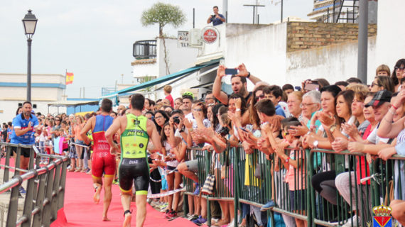 Más de un centenar de deportistas participa en el VIII Triatlón Cros La Puebla del Río 'Puerta de Doñana'