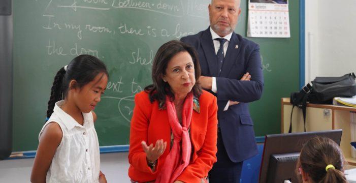 La ministra de Defensa conoce a una niña que le pidió que España no venda armas