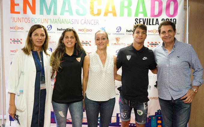 Óliver Torres y Noelia Ramos, del Sevilla FC, visitan a enfermos de leucemia en el Macarena